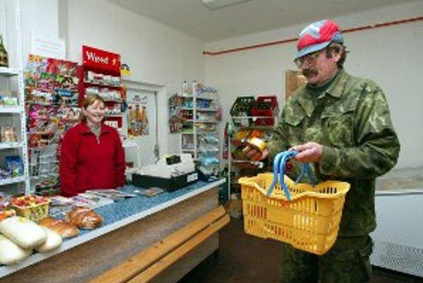V malých obciach tovar predávajú v malých obchodíkoch súkromní podnikatelia.