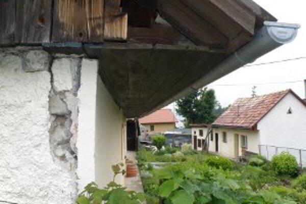 Niekoľko domov vo Veľkej Lehôtke a Hradci je poškodených.