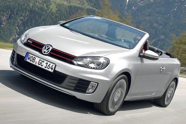 Kabriolet Volkswagen Golf s novými motormi. Štyri nové benzínové a dva vznetové majú vyšší výkon a nižšiu spotrebu ako doterajšie motory.