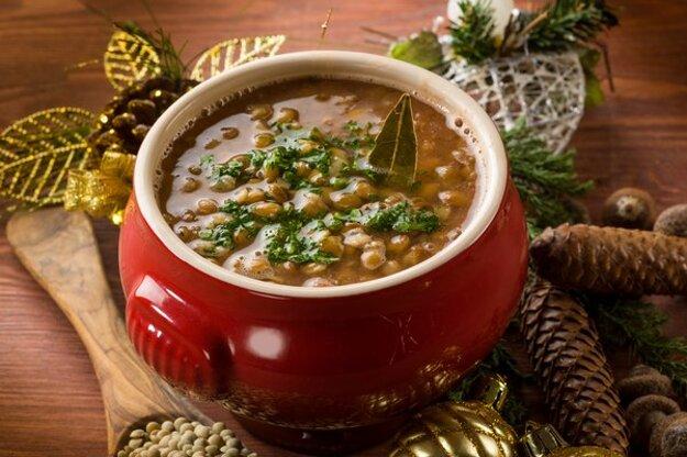 Šošovicová polievka s hríbami a sušenými slivkami.