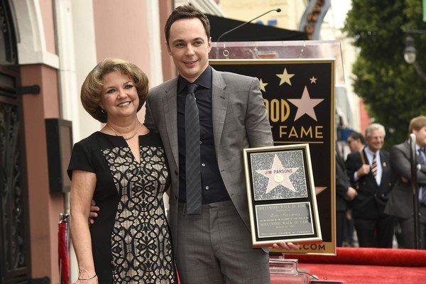 Sheldon Cooper s mamou. Preslávil sa v Teórii veľkého tresku.