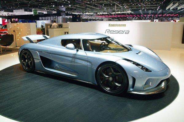 Švédske megaauto Koenigsegg Regera. Na pohon Regery slúži hybridný hnací systém (vidlicový osemvalec plus tri elektromotory) s celkovým výkonom 1,11 megawattu.