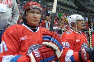 Na snímke z 10. mája 2014 ruský prezident Vladimir Putin sedí na striedačke počas zápasu mezi amatérskymi hráčmi a hokejovými hviezdami v Soči.