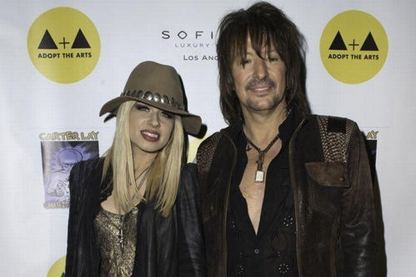 Gitarista má dcéru s herečkou Heather Locklear, exfrajerku Nikki vraj napadol a s Orianthi teraz randí.