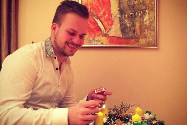 Martin Chodúr dodržuje tradície. Uplynulú nedeľu si doma zapálil adventnú sviečku.