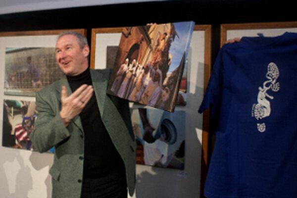 Róbert Bezák dostal od organizátorov darček - fotku a festivalové tričko.