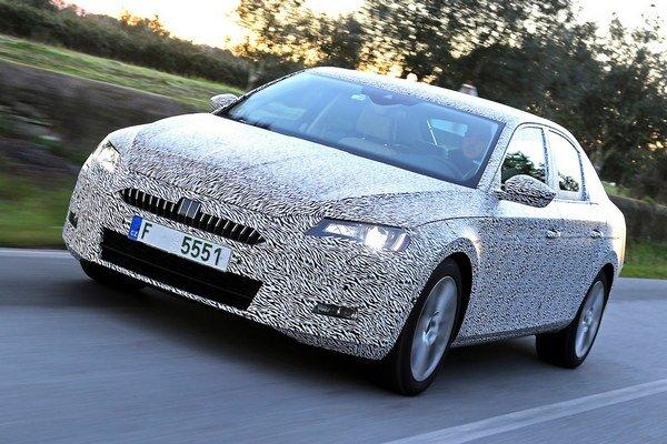 Zamaskovaná Škoda Superb. Superb bude mať svetovú premiéru v polovici februára v Prahe, potom  bude vystavený na marcovom ženevskom autosalóne.
