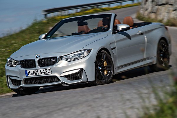 Kabriolet BMW M4. Rozšírené blatníky, nový nárazník a zrkadlá na dvoch nožičkách podčiarkujú dynamický vzhľad kabrioletu.