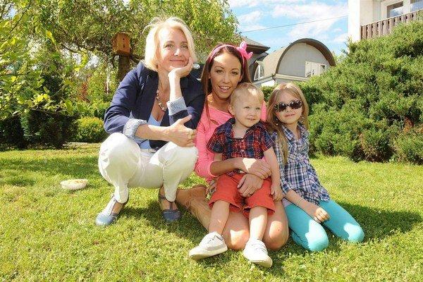 Veronika Žilková s dcérou Agátou a Kordulou a vnukom Kryšpínom. Deti aj dospeláci medzi sebou výborne vychádzajú.
