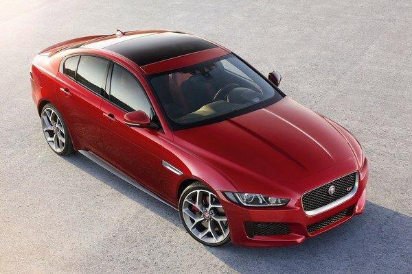 Limuzína strednej triedy Jaguar XE. Model XE bude mať svetovú premiéru na blížiacom sa medzinárodnom autosalóne v Paríži.