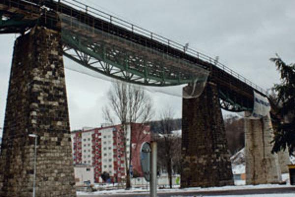 Handlovský viadukt v týchto dňoch pre zlý technický stav opravujú.