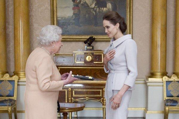 Vyznamenaná. Angelina Jolie sa angažuje v mnohých oblastiach.