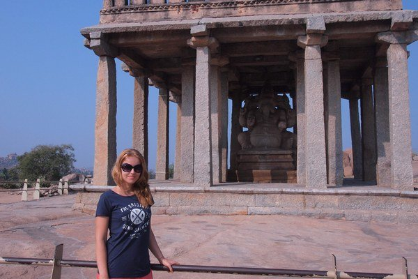 V indickej dedine Hampi. Katka si okrem pamiatok užívala aj neprítomnosť turistov, ktorí by ju spoznávali.