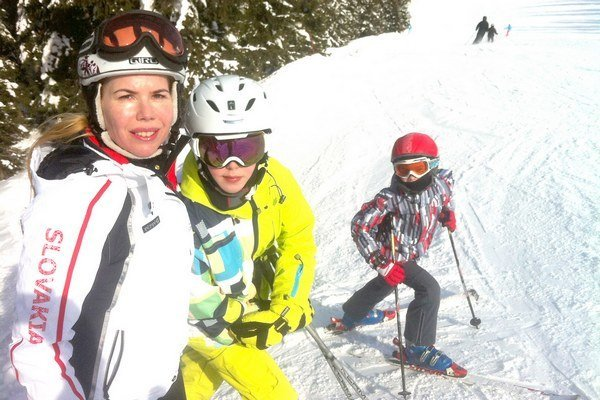Mária Grüllingová na jarnej lyžovačke so synmi Marekom a Brankom.
