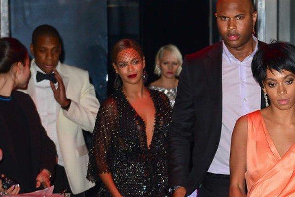 Spoločný odchod... a vo výťahu potom hysterická Solange kopala do Jaya Z a Beyonce sa len prizerala.