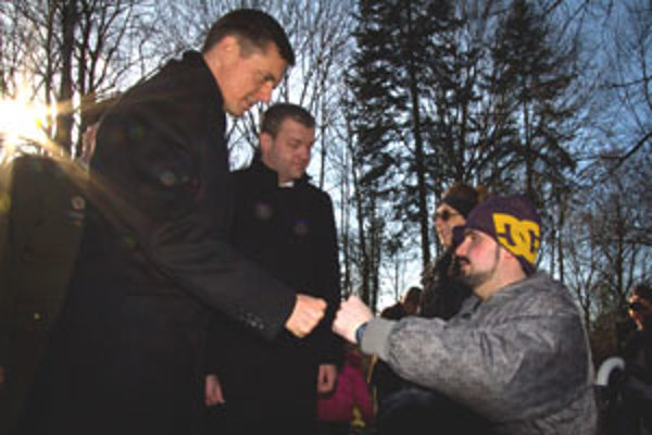 Marek Prostinák (vpravo), ktorý utrpel pri výbuchu vo VOP vážne zranenia, sa po pietnej spomienke stretol so štátnym tajomníkom ministerstva obrany Milošom Kotercom.