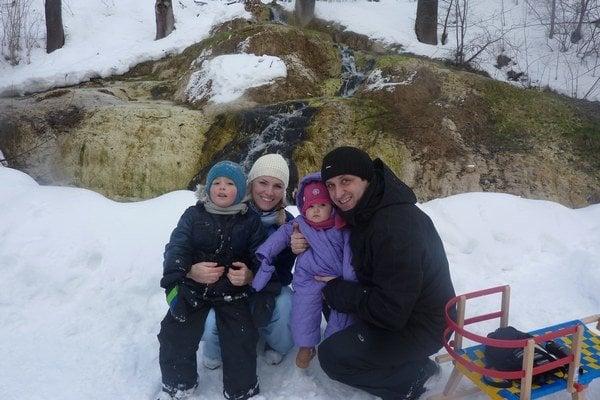 Rodinka si užije zimný oddych. Sánkovačku obľubujú najmä deti.