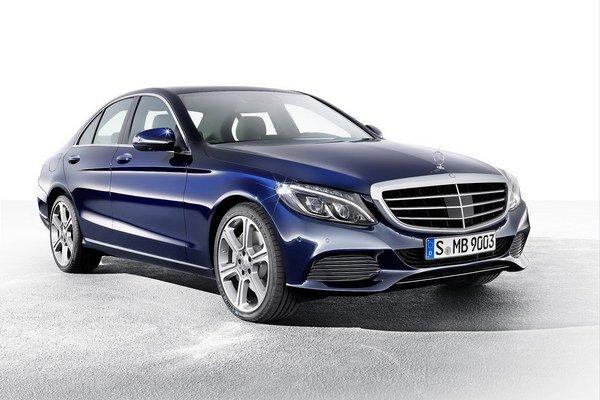 Nový Mercedes-Benz triedy C. Limuzína vyššej strednej triedy narástla, ale vďaka použitiu ľahkých materiálov sa znížila jej hmotnosť.