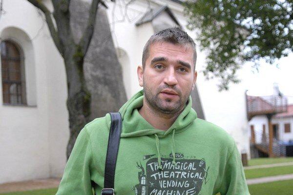 Prehnal to s alkoholom. Milan Ondrík skončil v policajnej cele.