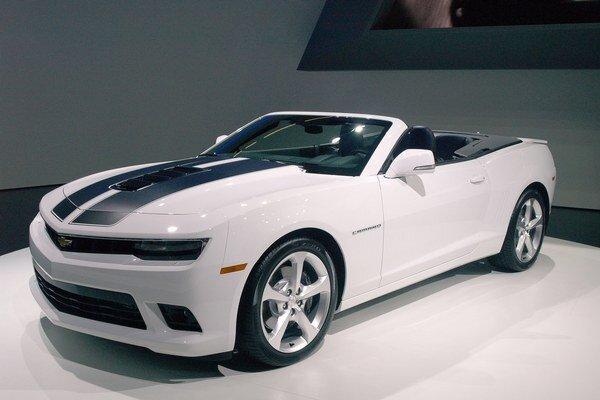 Kabriolet Chevrolet Camaro. Na pohon nového Camara (kupé i kabrioletu) slúži osvedčený 6,2-litrový vidlicový osemvalec.