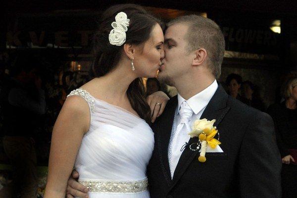 Lukáš Adamec s manželkou. Dôkazom ich lásky je aj synček, ktorého nosí Miriam pod srdcom.
