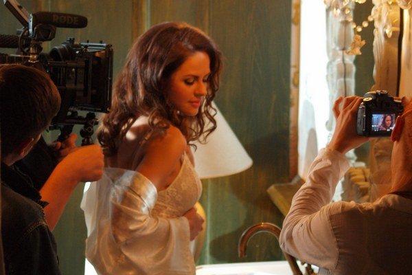Karolína Majerníková v klipe stvárnila Lilly. O oku lahodiace obrazy nie je počas takmer štyroch minút núdza.