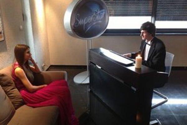 Čarovná chvíľka. Po večeri hral Martin na klavíri a Terezke sa to páčilo.
