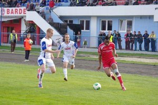 Peter Nworah (vpravo). Striedajúci hráč Bardejova v prieniku.
