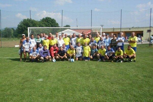 Spoločné foto. Internacionáli VSS s bývalými hráčmi Kokšova-Bakše.