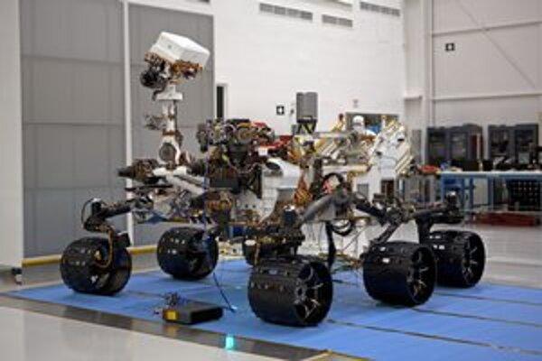 Marťanský rover Curiosity. Rover má šesť elektricky poháňaných kolies a rozmery ako malý automobil.