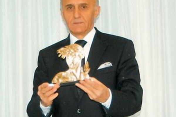 Ocenenie z Atén. V rukách Štefana Daňa, prezidenta košického Maratónskeho klubu.