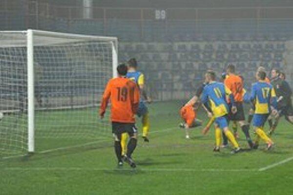 Michalovčania práve strieľajú vyrovnávajúci gól. V 67. minúte ho zaznamenal český stopér Luboš Hruška.