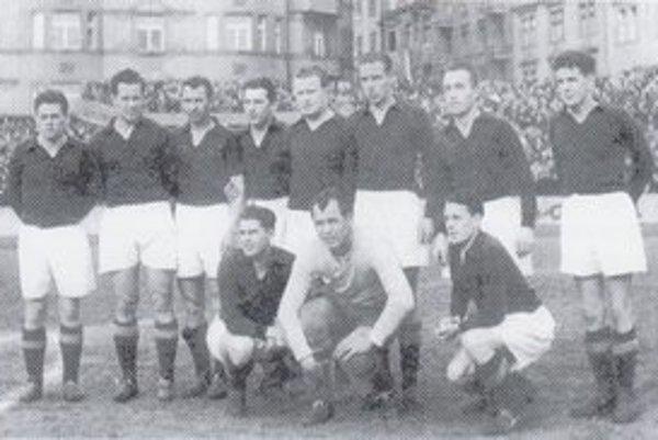 Ašpirant na titul. Dynamo ČSD Košice siahalo po korune majstra v roku 1951. Zľava -  stoja: J. Hučka, Zibrinyi, Vyšňanský, Labodič, Klimek, Polgár, Nepko, Leško. V podrepe – zľava: Greškovič, Matys, Miškovský.
