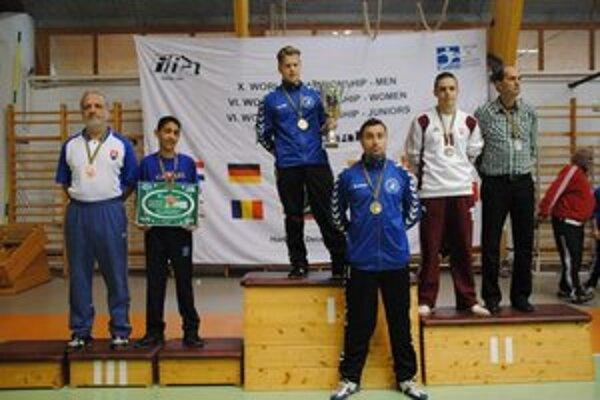 Stupne víťazov. Lukáš Vidlička (vľavo) s bronzovou medailou na krku.