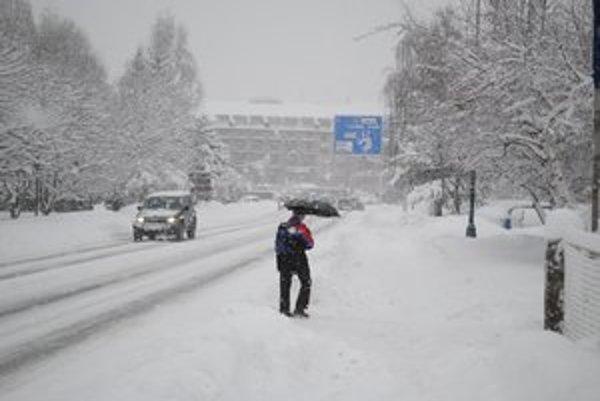 Ulice Popradu zasypal sneh.