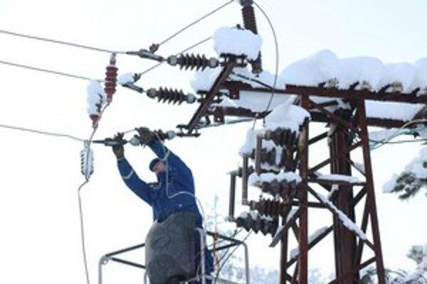 Technici vo výškach opravujú vedenie.