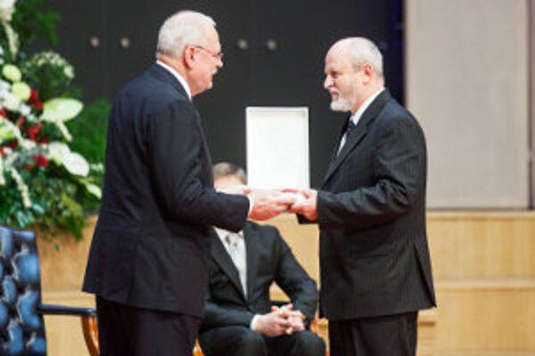 Milan Gregor (vpravo) prevzal ocenenie z rúk prezidenta Ivana Gašparoviča.