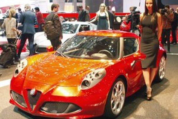 Športové kupé Alfa Romeo 4C. Tvary tohto dvojmiestneho kupé sú odvodené od dizajnu koncepčného vozidla, predstaveného v roku 2011.