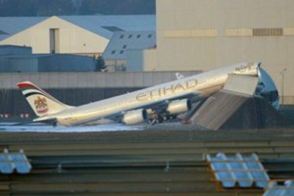 Rozlomený Airbus A340-600.  Lietadlo sa počas motorovej skúšky pohlo a narazilo do ochranného valu.