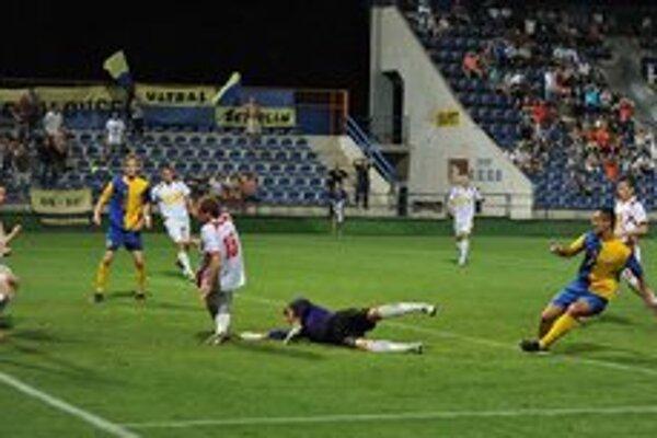 Rozhodujúci moment zápasu v Zemplíne. Pavol Jurčo (tretí sprava) práve prekonáva gólmana Mateja Šavola.