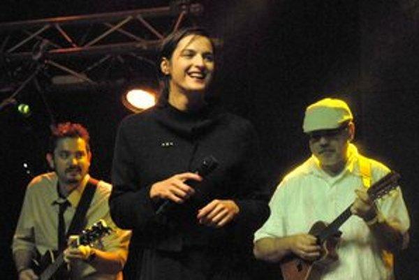 Jana Kirschner so svojou kapelou. Kvôli dcére koncertuje pomenej, no chystá nový album.