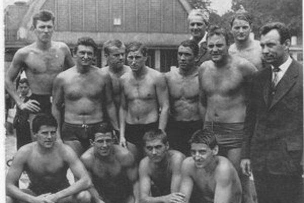 Rudolf Štoffan (hore tretí sprava). Narodil sa 16. marca 1936 v Košiciach, titul odborného trénera získal na škole v Budapešti. Reprezentantom ČSSR bol od roku 1957 do roku 1965 a odohral celkovo 60 medzištátnych stretnutí. Úspešný bol aj ako tréner.