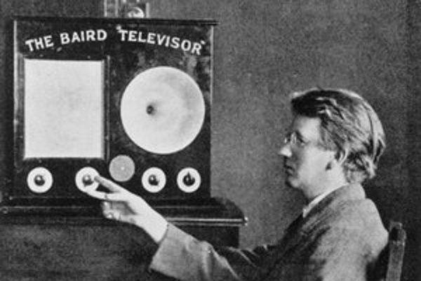 Baird pred svojím televízorom. Tento prvý komerčne dostupný televízor poskytoval obraz s rozmermi len 6 cm x 2 cm.