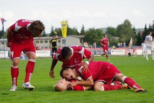Nefalšovaná radosť po góle, ktorého autorom bol Michal Grohoľ (ležiaci na chrbte).