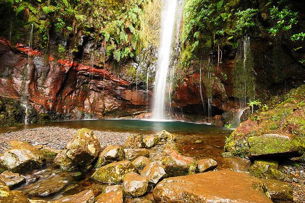 Kaskádový vodopád 25 Fontes patrí medzi naobľúbenejšie miesta výletov na Madeire.