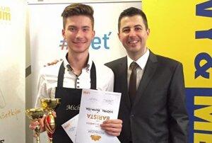 Michal Šuhajda (vľavo) vyhral baristickú súťaž v Leviciach.