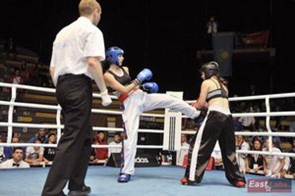 Košické striebro. Veronika Cmárová (Guard Steel Trans klub), vľavo, bojuje o medailu.