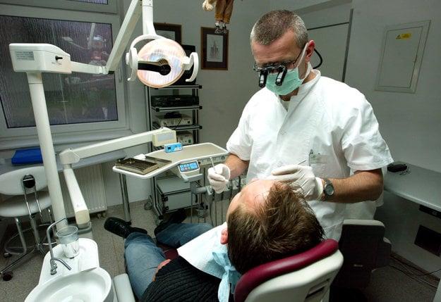 Ošetrenie boľavého zuba u zubára na dovolenke môže stáť aj 150 eur.