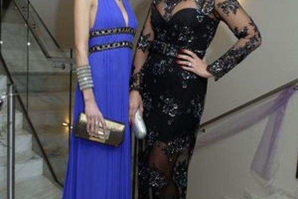 Ktoré sú krajšie? Evu Varholíkovú (vľavo) očarili šaty módnej značky. Eva Rezešová v šatách z francúzskej čipky vyzerala elegantne a sexi zároveň.