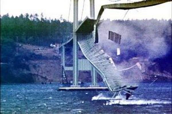 Most sa zrútil 7. novembra 1940 za vetra, ktorý dosahoval rýchlosť 64 km/h.